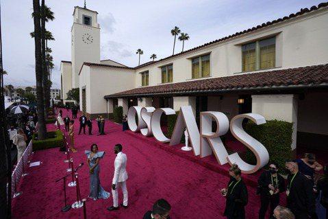 美國奧斯卡金像獎(Oscars)的主辦單位今天將2022年頒獎典禮延期至3月下旬,比原本預計晚1個月,同時宣布,在串流服務平台上映的電影也有資格參賽。綜合法新社與路透社報導,美國影藝學院(Acade...