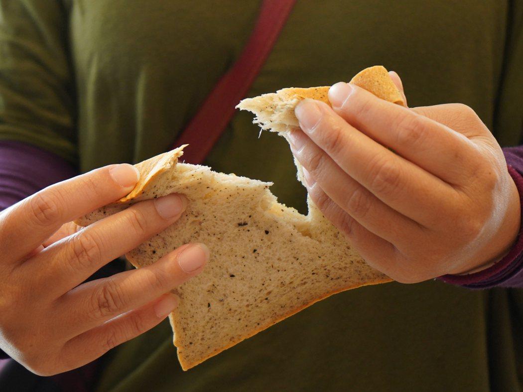 「生吐司」初始是設計給長輩食用的麵包,因此訴求口感鬆軟,不用抹果醬就很好吃。