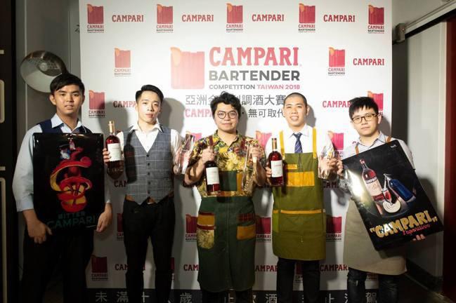 張哲瑋(中)於2018年獲得首屆亞洲金巴利調酒大賽台灣區冠軍。圖/摘自Campa...