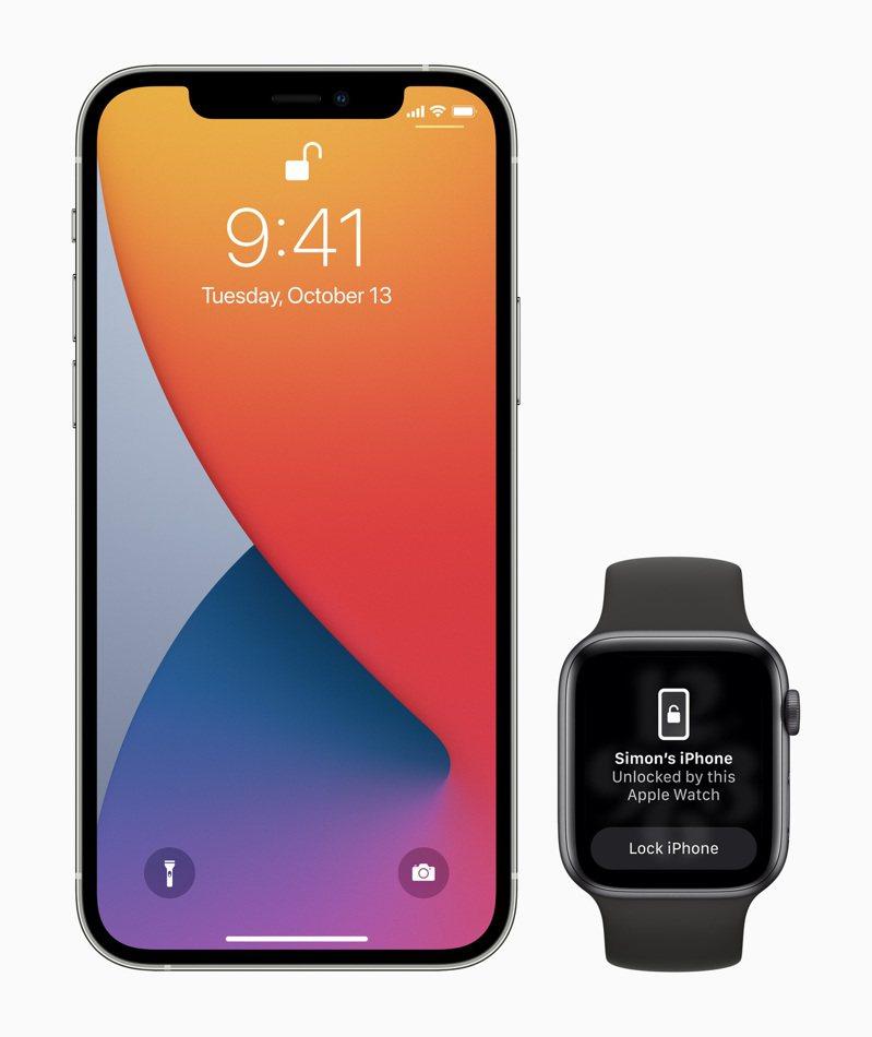 用戶更新iOS 14.5之後,就可以在戴口罩而無法使用Face ID時,透過手上的Apple Watch安全地解鎖iPhone。圖/蘋果提供