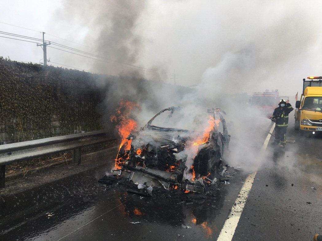 國道一號今天上午發生藍寶堅尼疑似自燃的意外,幸未造成傷亡。圖/警方提供