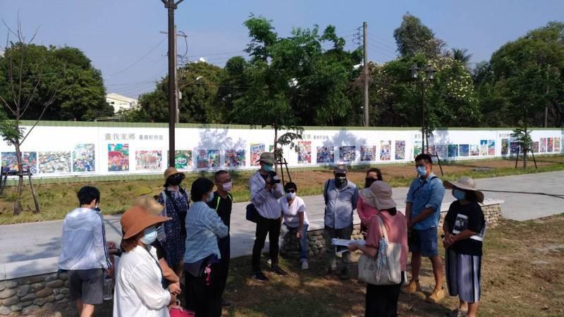 台南公園旁的321巷藝術園區目前正進行封園整修,市民團體以走讀的方式從旁關心。記者鄭惠仁/攝影