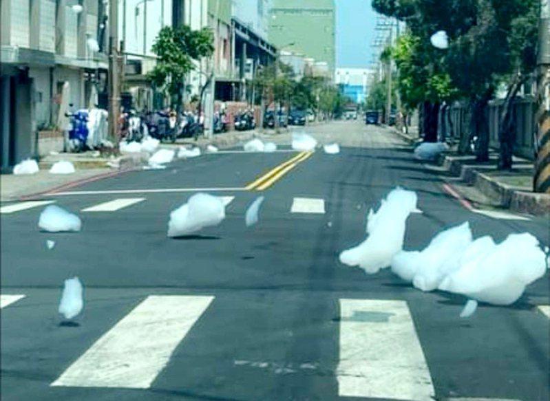 桃園市本月13日觀音工業區經建四路、工業四路口冒出大量白色泡沫四散,引起泡泡恐慌。圖/取自「桃園爆報」臉書社群