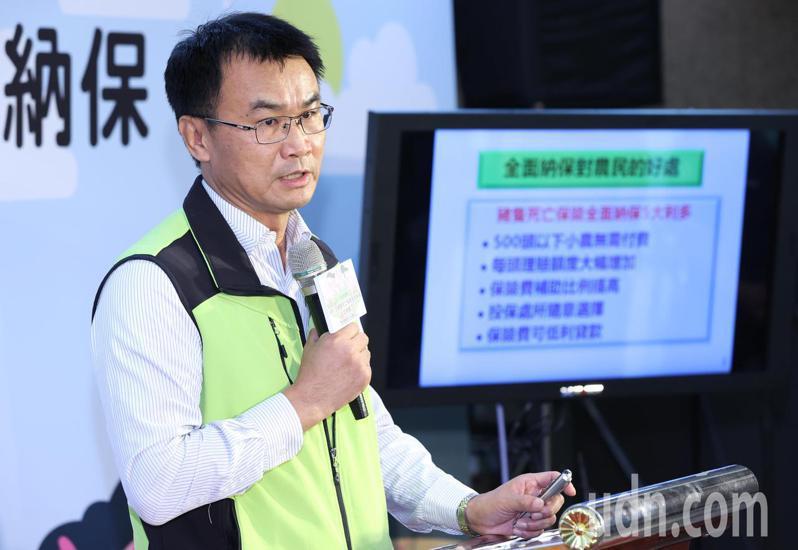 農委會主委陳吉仲今天舉行記者會,宣布五月一日起推動豬隻死亡保險全面納保,並說明新制對豬農的保障多很多。記者潘俊宏/攝影