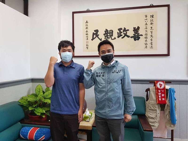 陳佳翰(左)剛取得台大植物醫學碩士,就來到集集鎮成為鄉鎮公所第一位報到的植物醫師。圖/集集鎮公所提供