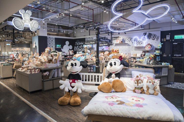 HOLA內湖旗艦店,有全台坪數最大的迪士尼聯名區。圖/HOLA提供