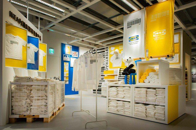 IKEA內湖店開幕首賣獨家限量EFTERTRÄDA系列T恤、浴巾。圖/IKEA提...