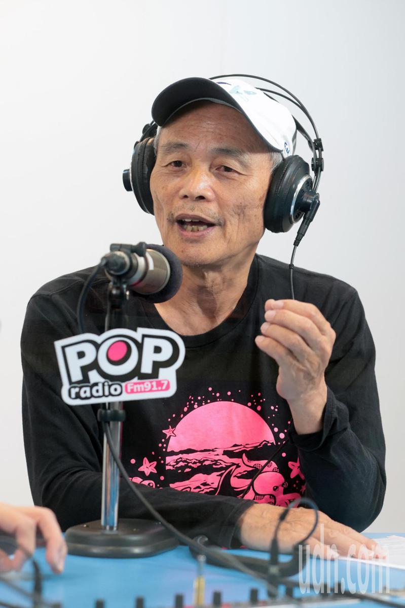 珍愛藻礁公投領銜人潘忠政(圖)上午身穿珍愛藻礁T恤接受電台專訪,自曝過去是「英粉」。記者蘇健忠/攝影