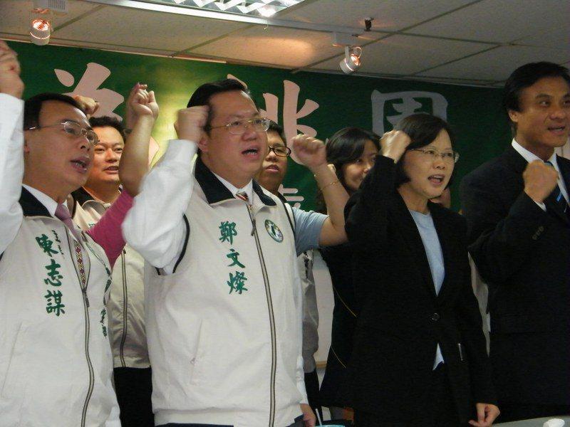 2009年鄭文燦(左二)競選桃園縣長,蔡英文站台時表示希望「胖周瑜」能打一場精彩的赤壁之戰,「胖周瑜」成了鄭撕不掉的標籤。圖/聯合報系資料照片
