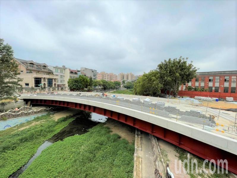 為改善光明商圈的停車問題,竹北市公所爭取興建文田橋陸橋及周邊道路改善工程,目前進度已超過一半。記者陳斯穎/攝影