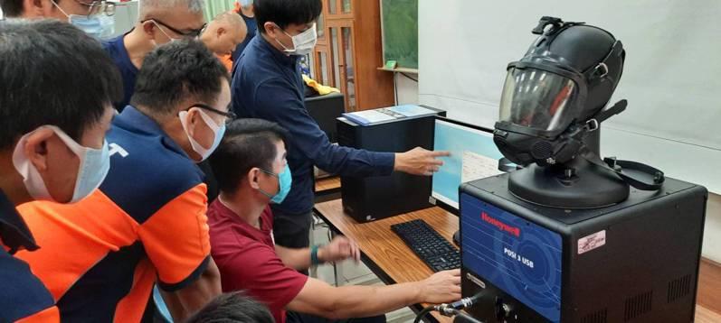 台南市消防局前年底率全國之先成立救災裝備檢測實驗室,透過檢測儀器可精準確認自身所使用的空氣呼吸器與A級防護衣氣密性是否合格。記者邵心杰/翻攝