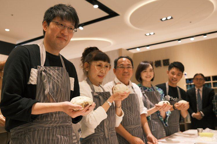 遠百總經理徐雪芳(左二)出席「吳寶春自己做」烘焙體驗店,親自體驗做麵包。記者江佩...