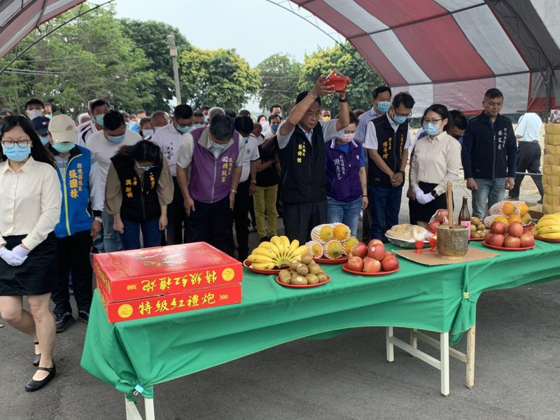 二林鎮公所舉行納骨塔興建典禮的祭拜儀式,全體鞠躬祈求工程順利及先人安息。圖/二林鎮公所提供