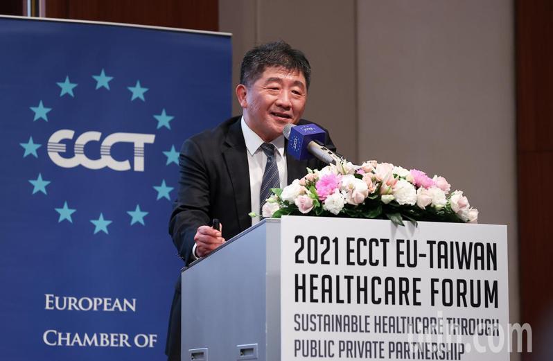 衛福部長陳時中今天出席台歐健康論壇,分享台灣過去一年多來的防疫經驗,談到困難之處時,他笑說自己覺得去年是防疫很困難,但今年的政治口水很困擾,引起台下一陣掌聲與歡笑。記者余承翰/攝影