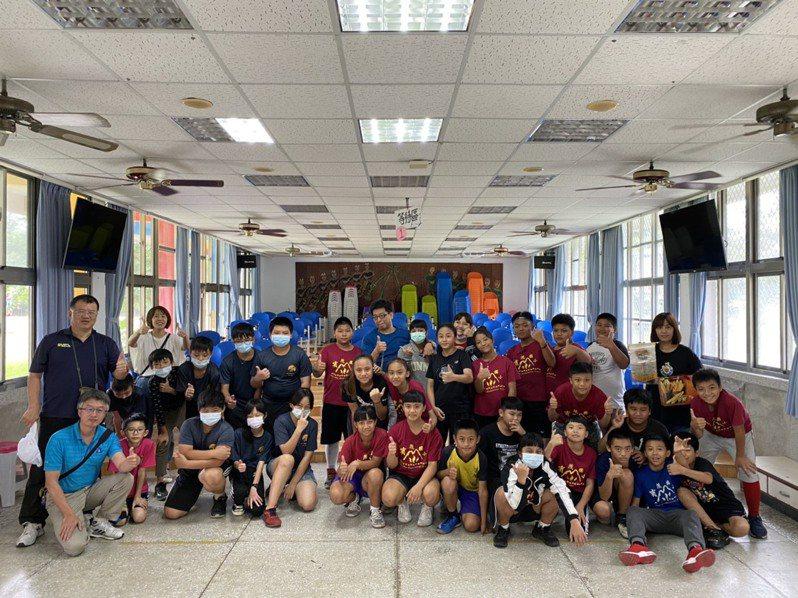 過嶺國小畢業班師生參訪台東縣賓茂國小、認識排灣族文化。圖/宜蘭縣福氣家族公益協會提供