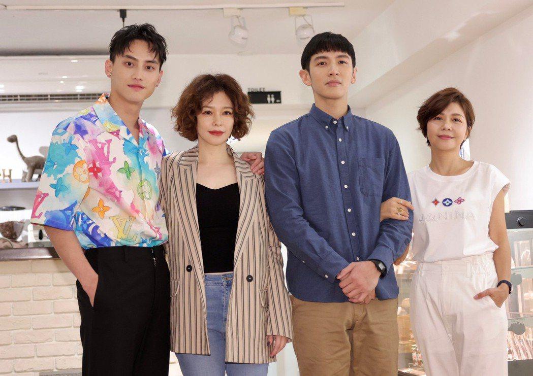 范少勳(左起)、徐若瑄、柯震東以及于子育出席新片「買一送一」殺青記者會。記者李政