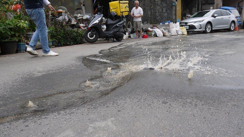 基隆富都新城社區漏水200戶無水可用,立委要求徹底改善。圖/立委蔡適應辦公室提供