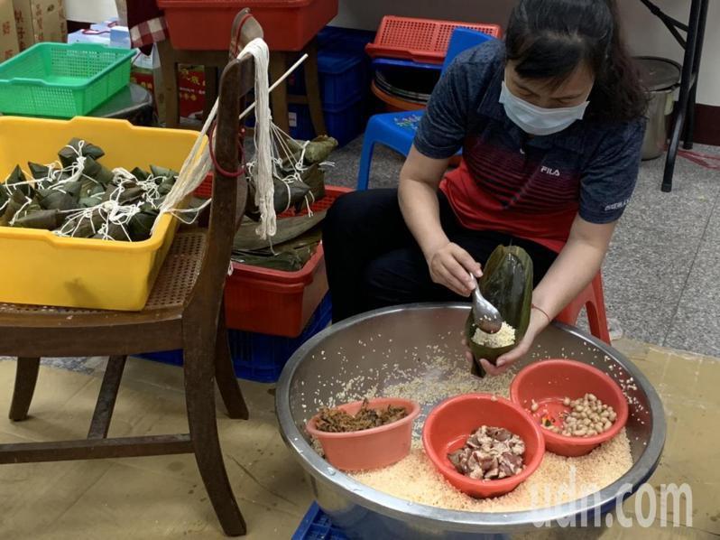 西螺鎮農會黃金米粽將在本月29日開放訂購,限量3萬顆,農會職員正如火如荼包粽中。記者陳苡葳/攝影