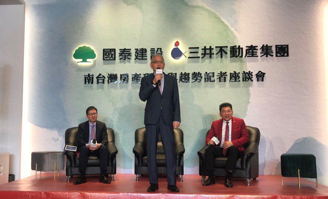 右一為創意家行董事長王明正,中間為國泰建設董事長張清櫆。 記者游智文/攝影