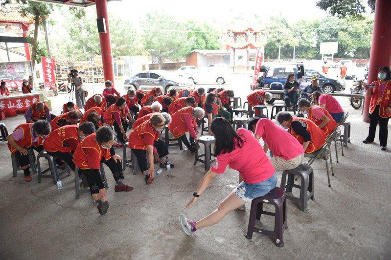 華山基金會今天在名間鄉舉辦趣味活動,邀請社區長輩和服務的獨居長者一起運動,讓身心更健康。圖/華山基金會提供
