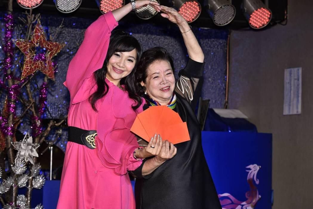 陳淑芳(右)直讚乾女兒紫君相當孝順。圖/欣代唱片提供