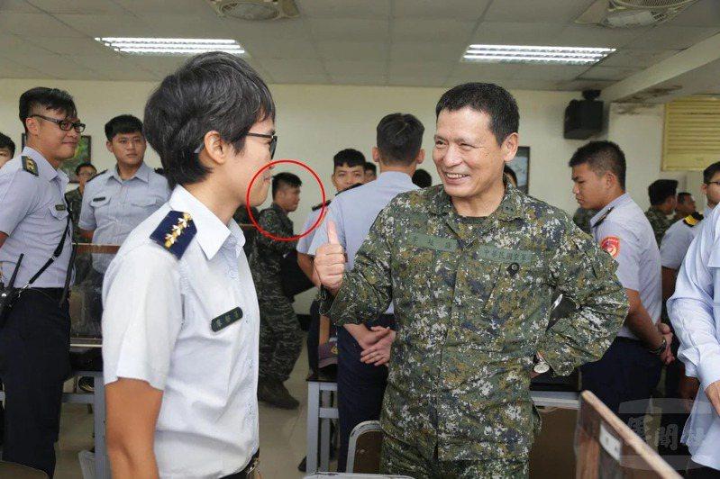 國防部副參謀總長李廷盛(右)數月前搭乘空軍C-130運輪機前往東沙視導。傳其將轉任空軍副司令。圖/軍聞社