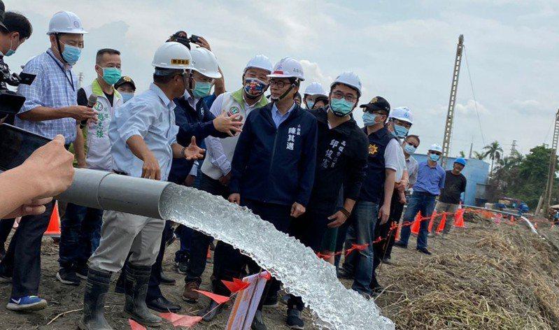 高雄市長陳其邁(黑衣右三)今天前往視察九曲工作站鑿井情況。圖/高雄市水利局提供
