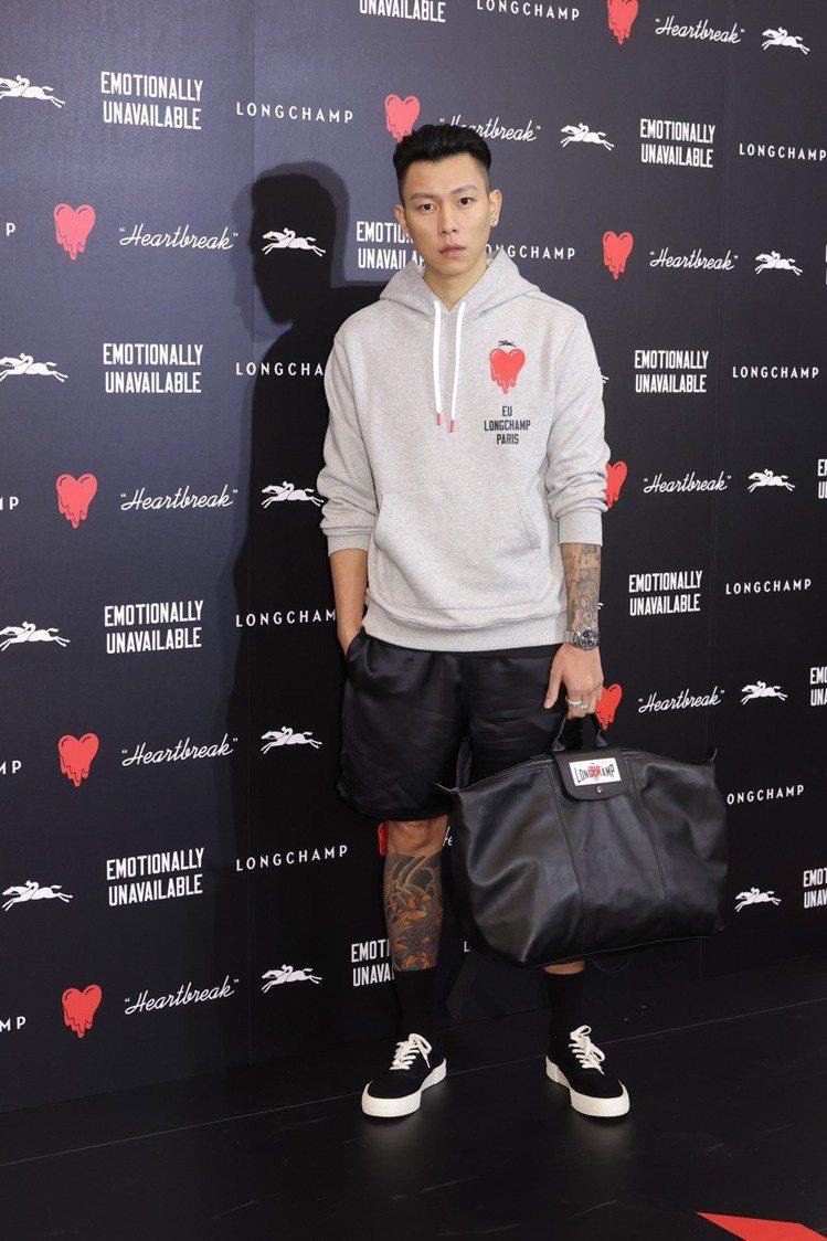 瘦子詮釋LONGCHAMP x EU聯名灰色Logo帽衫7,400元、緞面短褲9...