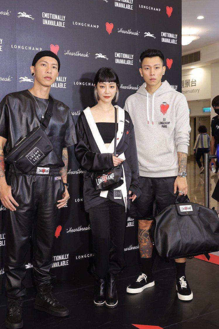 (左起)小春身穿短袖圓領皮衣45,100元、皮褲57,400元、Le Pliag...