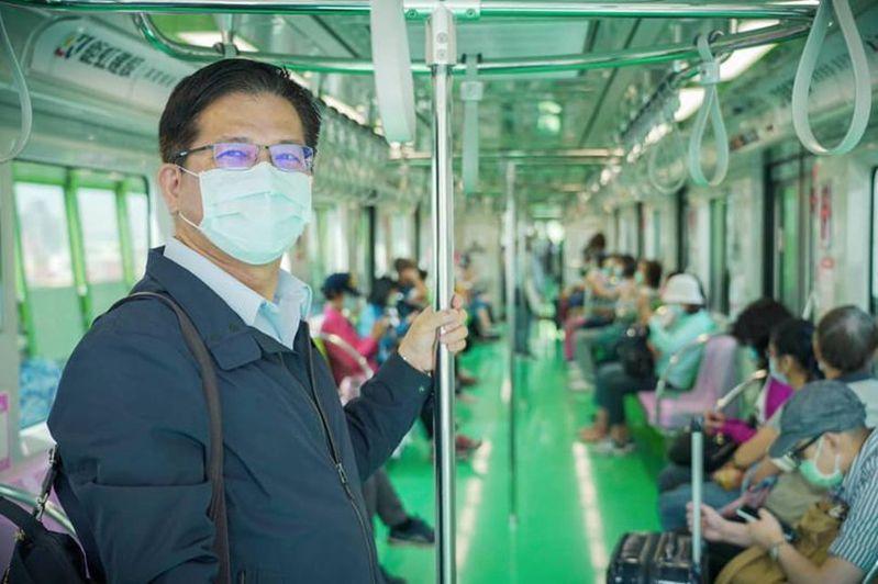 交通部前部長林佳龍搭乘台中捷運。圖/取自林佳龍臉書