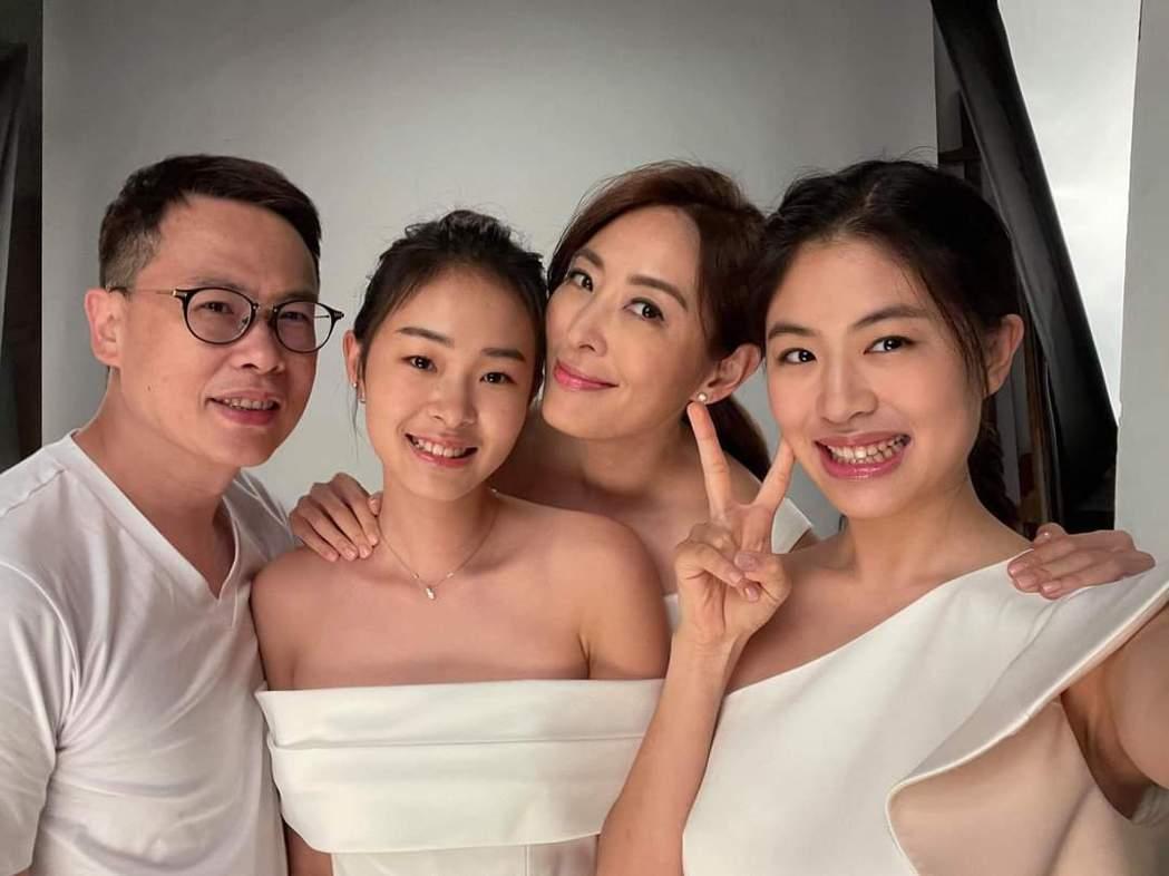 賈永婕帶一雙寶貝女兒拍廣告,老公也力挺支持。圖/摘自臉書