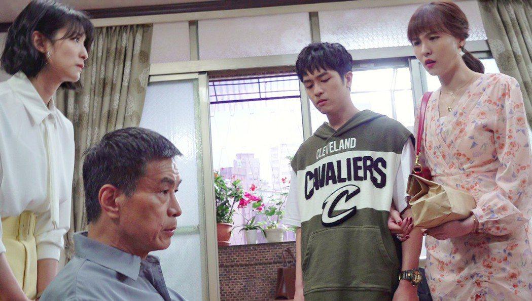 李天柱(左二)把戲中兒子(右二)趕出家門。圖/三立提供