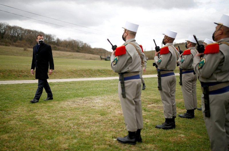 法國總統馬克宏3月檢閱外籍兵團第4騎兵團在聖戈代里克(Saint-Gauderic)訓練中心。20名退役將領近日發表公開信,主張馬克宏要是不能阻止國家「在伊斯蘭分子手上解體」,可能就有必要實施軍管。路透