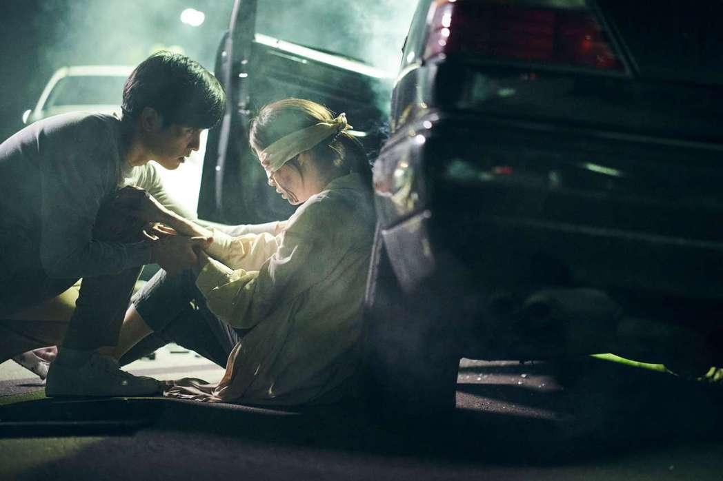程予希(右)首次挑戰盲女角色。圖/索尼音樂提供