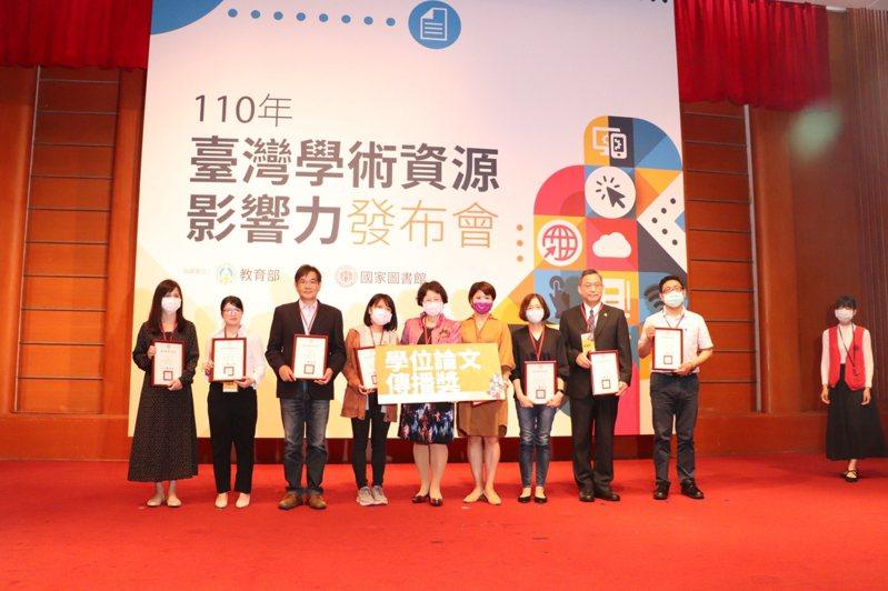高雄科技大學在110年臺灣學術資源影響力發布會中,獲得公立技職校院組學位論文的全文授權數、全文下載數,雙獲第一。圖/高科大提供