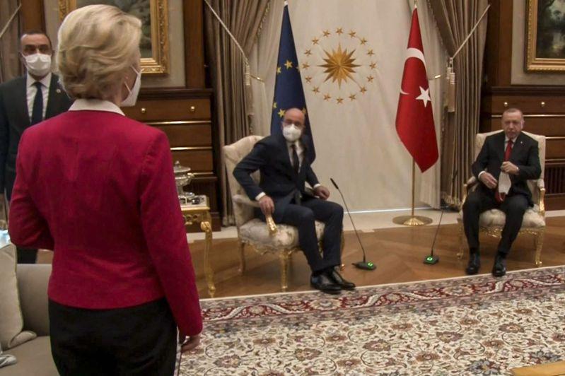 本月6日,歐盟執委會主席范德賴恩(左)和歐洲理事會主席米歇爾(中)訪問土耳其,與土國總統厄多安(右)討論雙方關係。但會中土國僅安排2個主座位,一度讓范德賴恩站著。法新社