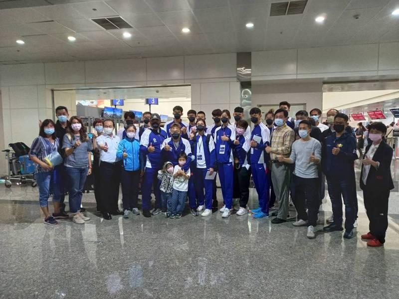 中華跆拳道隊今天啟程烏茲別克,為東奧資格賽和亞錦賽準備。圖/劉祖蔭提供