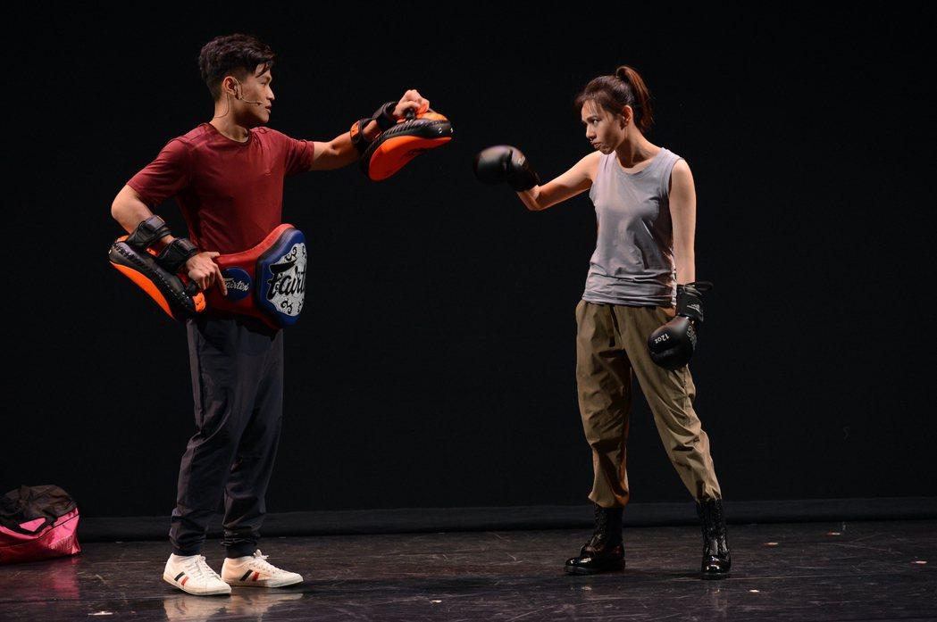 夏于喬在舞台劇上打拳宣洩情緒。圖/故事工廠提供