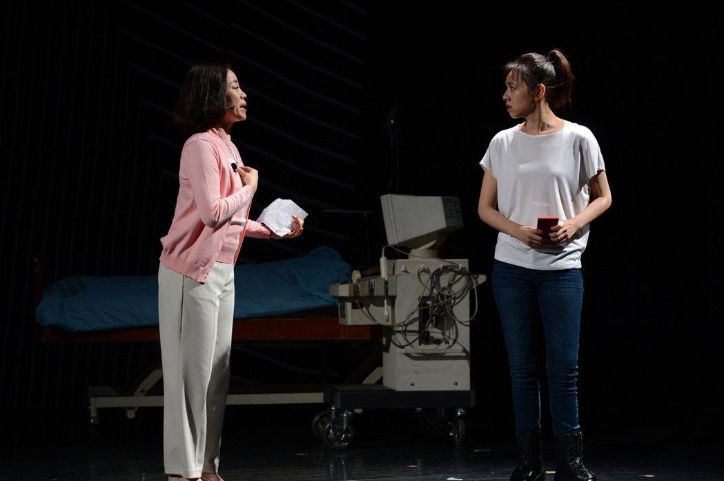 范瑞君(左)、夏于喬在舞台劇「Space Boy星空男孩」飾演母女。圖/故事工廠...