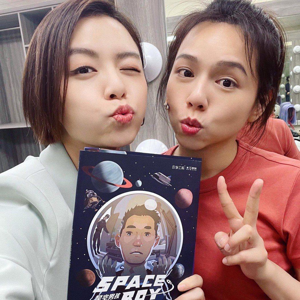 宋芸樺(左)力挺姊妹淘夏于喬主演的舞台劇。圖/故事工廠提供