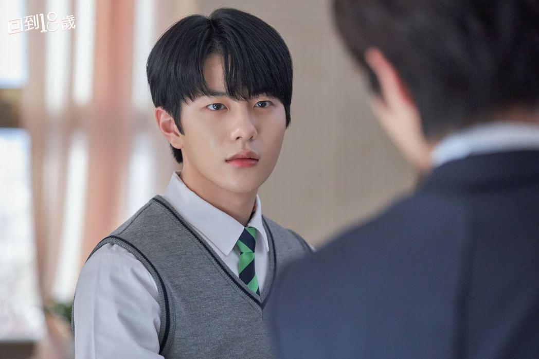 韓團「Golden Child」成員崔普閔在劇中飾演高中學生會長、模範生。圖/衛...