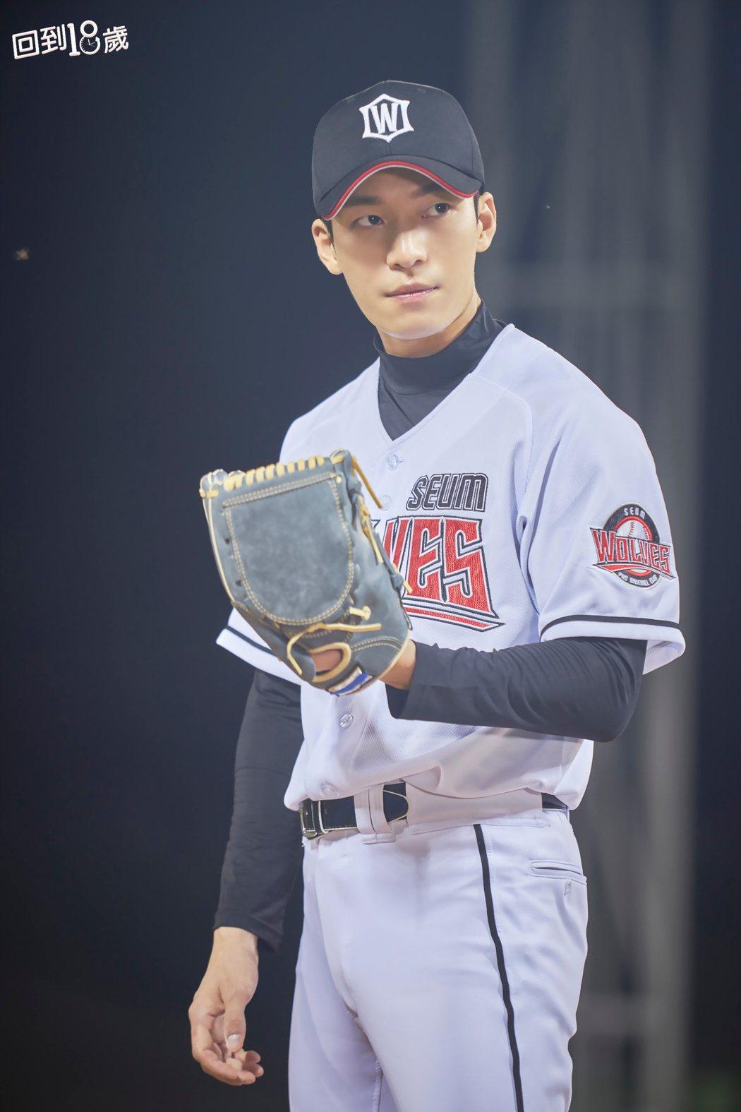 魏河俊在「回到18歲」劇中飾演棒球隊人氣投手,卻出人意料喜歡上為人母的金荷娜。圖...