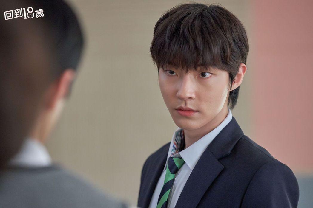 30歲黃寅燁演技大挑戰,逆齡演出18歲叛逆少年使壞霸凌。圖/衛視中文台提供
