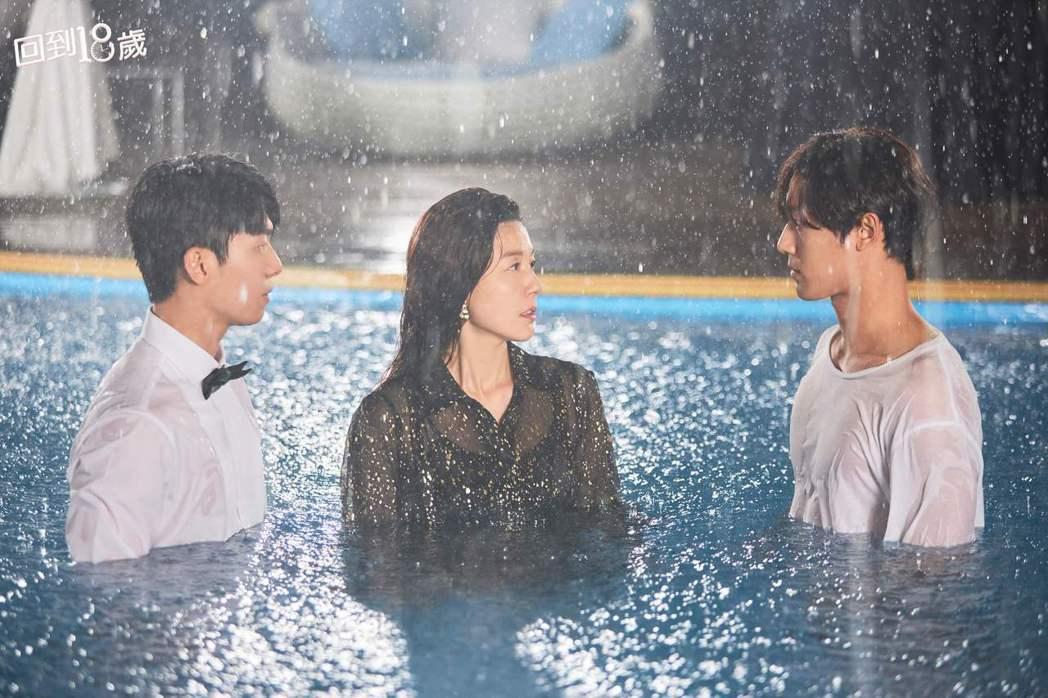 李到晛(右起)、金荷娜、魏河俊在「回到18歲」劇中竟有情感糾葛。圖/衛視中文台提...