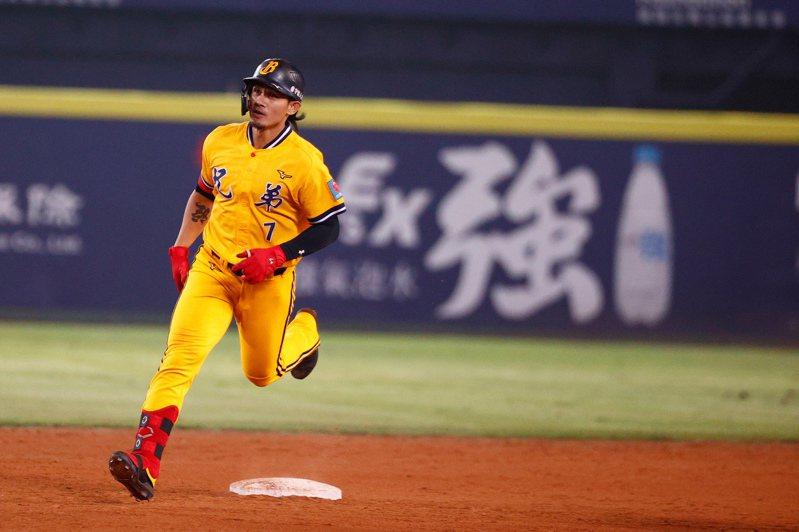 富邦悍將與中信兄弟在台中洲際棒球場進行例行賽,中信兄弟第四棒張志豪九局下半擊出右外野方向再見全壘打,帶有三分打點。記者黃仲裕/攝影