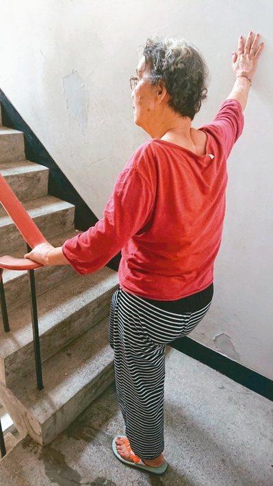 老媽上下樓時,我們都有人跟著她前後,以避免危險。圖╱李淑華提供