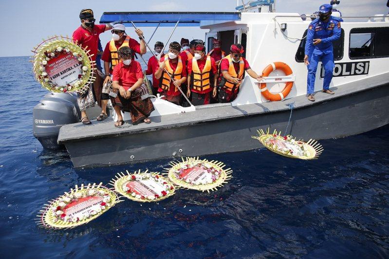 印尼峇里島民眾乘船出海,向「神鋤號」遇難官兵致哀。富比世網站專欄作家胡博指出,推動先進技術與軍事奮進突破一切工程限制是人類天性,但災難總發生在安全措施被砍到更加接近見骨之時。歐新社