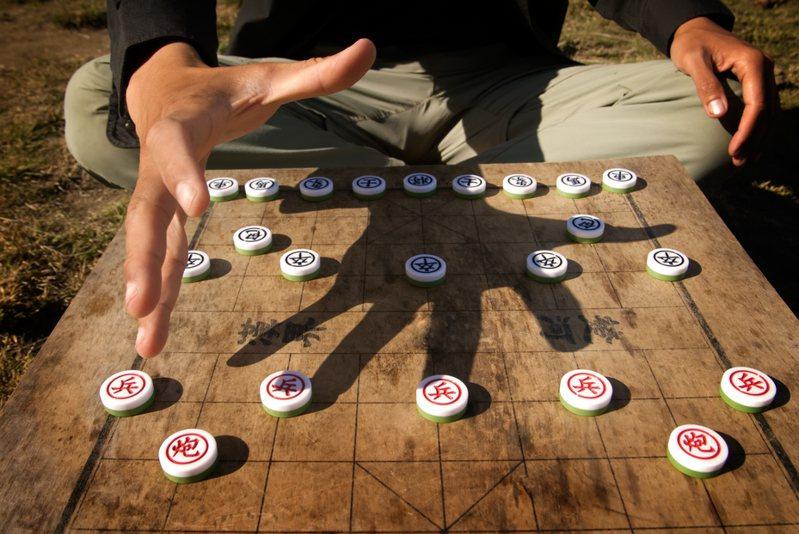 一名網友收到主管傳的一張象棋殘局圖,並詢問「知道此圖何意?」,令他相當困惑,於是想問問網友們是否能解這道棋局。圖/ingimage