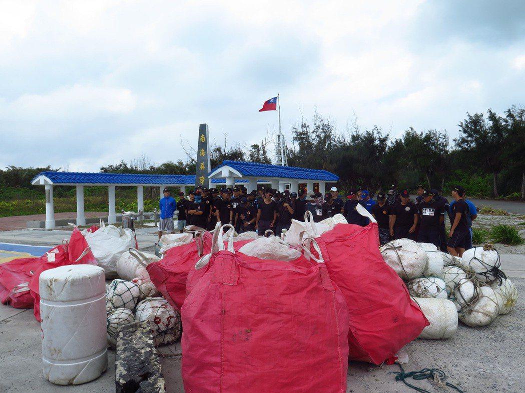 為了瞭解海漂垃圾從哪裡來,海洋國家公園管理處同仁、上島研究團隊與海巡署士兵協助調...