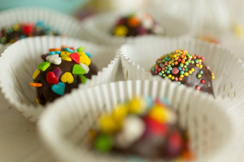 一名女網友發文詢問「小時候最愛的糖果」,許多網友點名一款「神巧克力」。圖片來源/ingimage